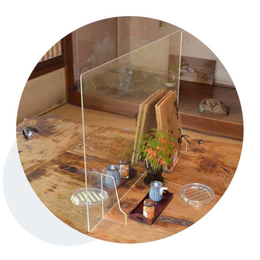 テーブルに設置されたアクリルのパーテーション